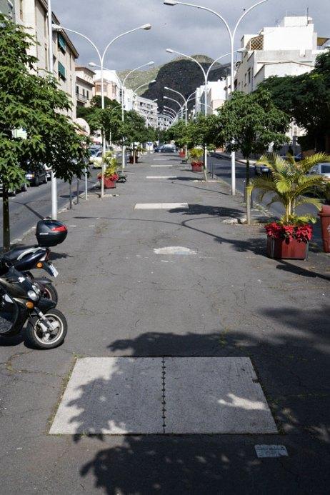 Vista parcial de la obra sobre el pavimento de la Avenida 25 de julio, Santa Cruz de Tenerife. Foto Colegio Oficial de Arquitectos de Canarias