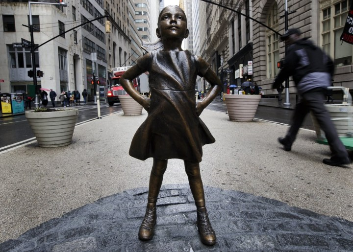 """The Fearless Girl"" del artista Kristen Visbal"