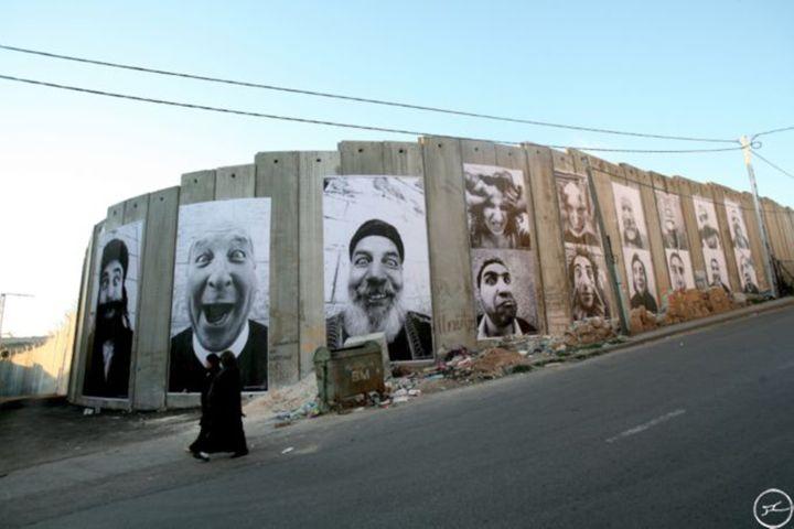 foto 2. JR (y Marco), Face 2 Face, 2007. Wheatpaste. Vista de la instalación desde el área palestina (Belén). Fuente www.jr-art.net