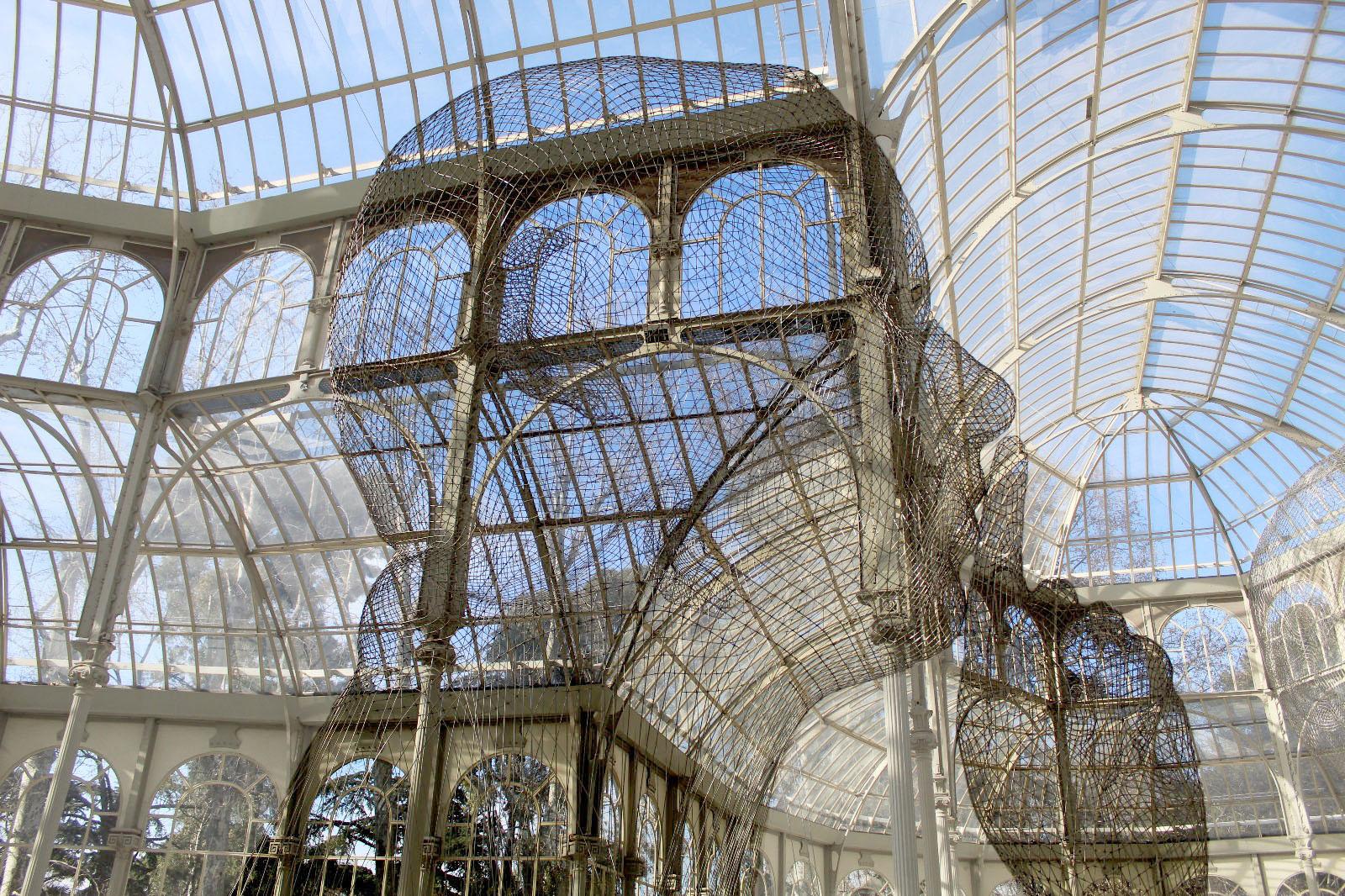 Escultura perteneciente a la exposición 'Invisibles' en el Palacio de Cristial, Parque del Retiro, Madrid.