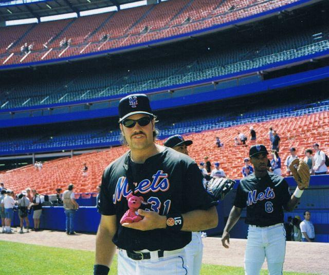 Photo of the Day: Hall of Famer Mike Piazza is gonna make bank off this Beanie ...