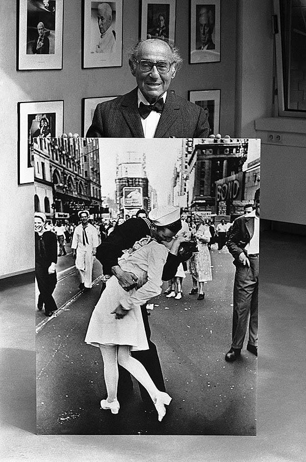Flashback: Alfred Eisenstaedt iconic VJ Day image among LIFE magazine prints ...