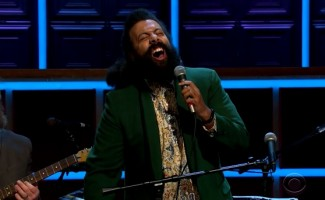 Reggie Watts Improvises Holiday Songs About Cats, Cognac, and Chimborazo on ...
