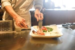 Mann, die Zubereitung von Speisen : Essen TV Koch-Shows Fail-Lebensmittelsicherheit