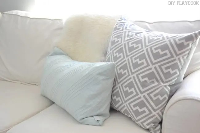 How to Style Throw Pillows on your Home Couch or Sectional