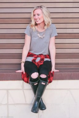 casual_necklace_boots-sitting