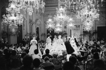 Fashion show in Sala Bianca, 1955. Archivio Giorgini. Photo by G.M. Fadigati © Giorgini Archive, Florence.