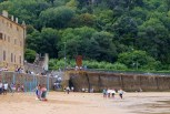 Verbaasde surfers en het Baskische feest... Surprised surfers on Zarautz beach observing the Basque festivities!