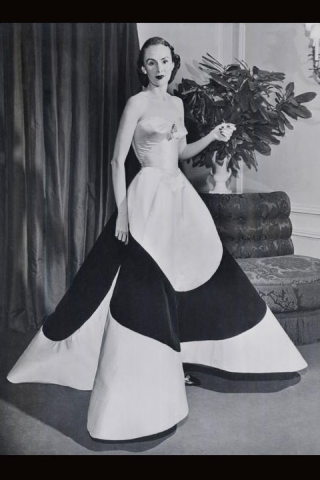 Austine Hearst indossa il Clover Leaf Gown di Charles James, 1953. Courtesy of The Metropolitan Museum of Art. Fotografo sconosciuto. Copyright © Bettmann/CORBIS.