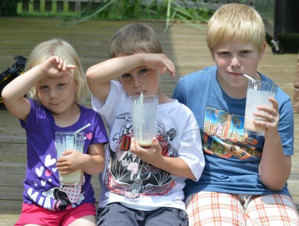 kidsdrinkingmilksplash