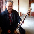 Ji Rong Huang accompagné de son instrument. Photo par Anne-Laurence Godefroy