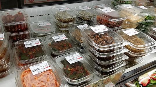 Des plats d'accompagnement au Kim's Mart. | Photo par Jenny Tan