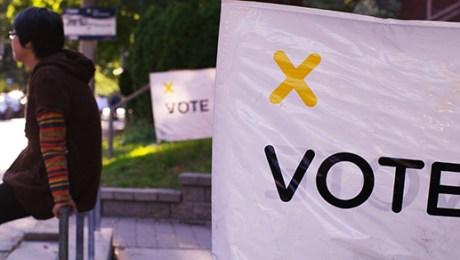 Des panneaux pour encourager les électeurs à aller voter. | Photo par knehcsg