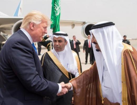 Saudi Arabia's King Salman bin Abdulaziz Al Saud welcomes U.S. President Donald Trump in Riyadh, Saudi Arabia, May 20, 2017 (REUTERS/Jonathan Ernst)