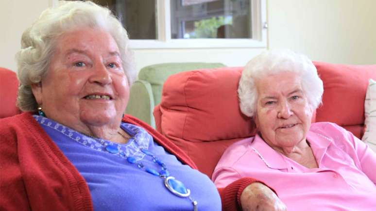 Kathleen Smith (84), reunited with her sister Violet-Rossini (80).