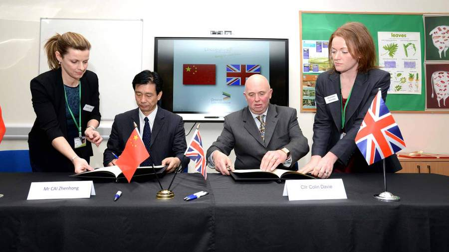 Zhenhong Cai, Vice Governor of Hunan Provincial People's Government and Council Colin Davie from Lincolnshire County Council sign the Memorandum of Understanding