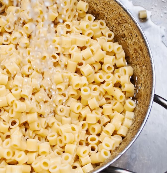 Cooling the pasta with cold water2 768x797 Old Fashioned Creamy Macaroni Salad