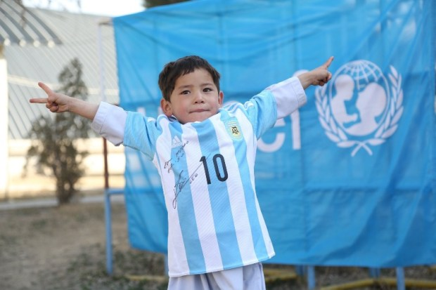 Afghan-kid-receive-shirts-from-Messi