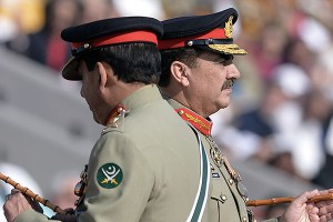 Pakistan's new army chief General Raheel Sharif (R) and outgoing army chief General Ashfaq Kayani attend the change of command ceremony in Rawalpindi on November 29, 2013. General Raheel Sharif on November 29 formally took over as the head of Pakistan's army, the most powerful position in the troubled military-dominated nation which is battling a homegrown Taliban insurgency. AFP PHOTO/Aamir QURESHI