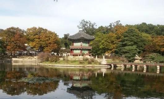 Visit the Gyeongbokgung Palace in Seoul. Photo by Lori Zaino.