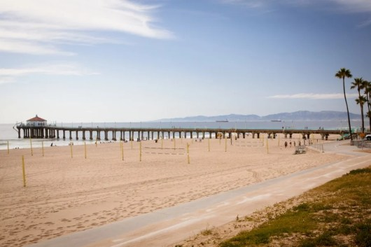 Spend your layover at Manhattan Beach. Photo courtesy of Shutterstock.