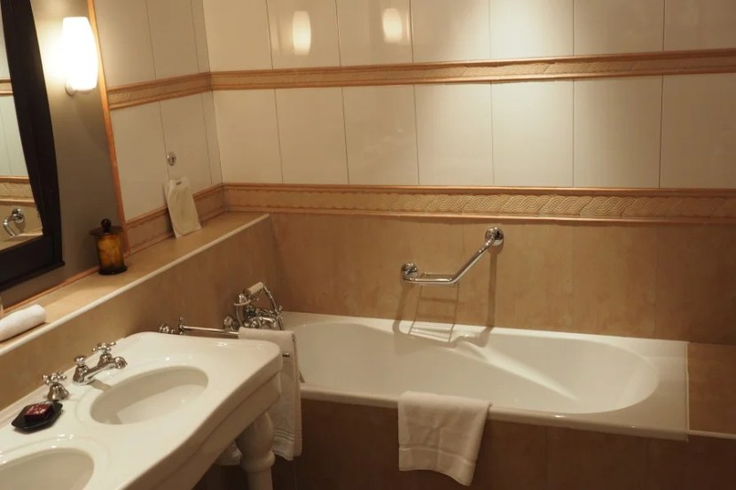 An enormous tub and double sinks in the bathroom.