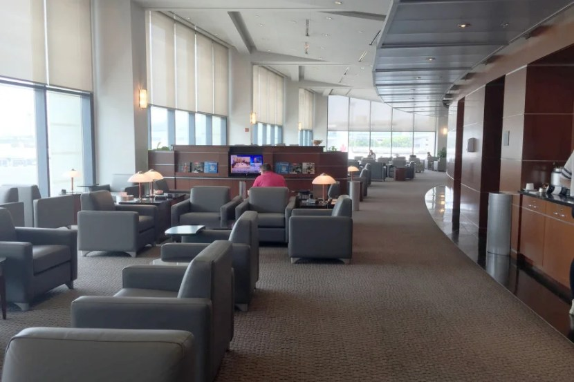 I strongly believe that former US Airways Clubs need to mix up their seating arrangements a bit.