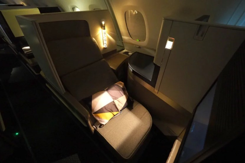 Several fixtures around the seat give you plenty of light to eat and work even when the cabin is dark.
