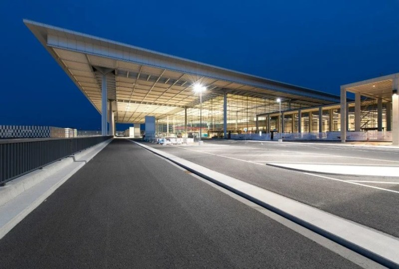 A shot of the terminal at night. Berlin Alexander Obst, Marion Schmieding : Flughafen Berlin Brandenburg GmbH