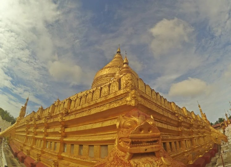 The gold Shwe-zi-gon Paya temple complex
