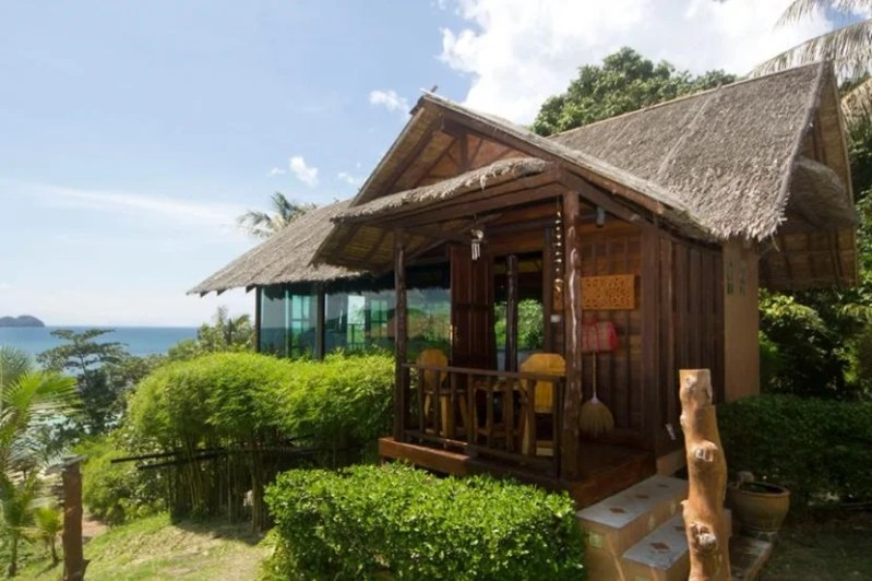 The Glass Cottage rental in Koh Phangan, Thailand, is an beach hut overlooking the ocean made of teak wood and glass panels
