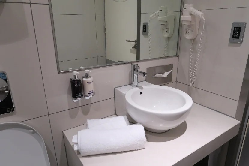 The lounge shower rooms were well organized.