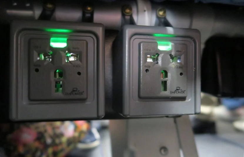 Two universal power plugs were found at each seat pairing.
