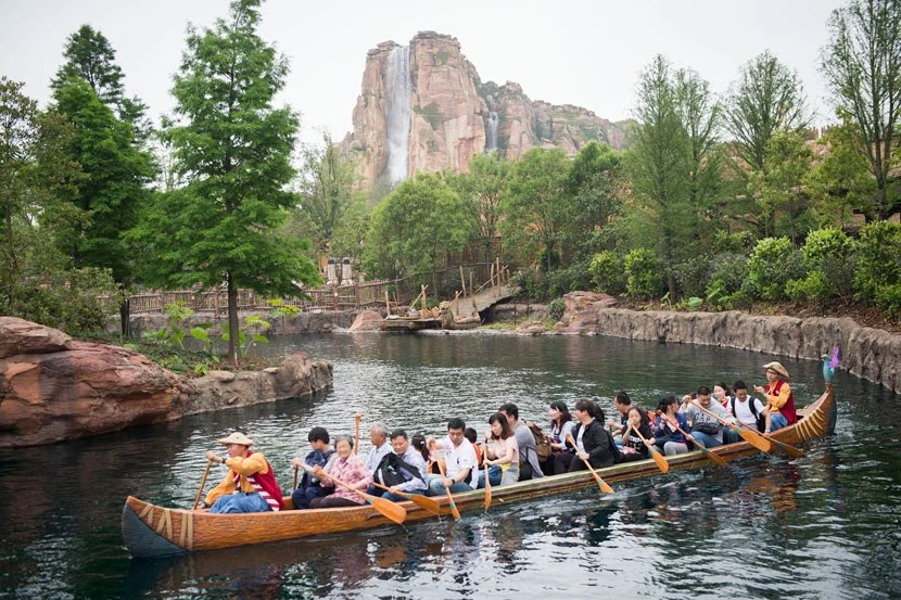 Paddle around Treasure Cove and Adventure Isle thanks to the Explorer Canoes attraction at Shanghai Disneyland.