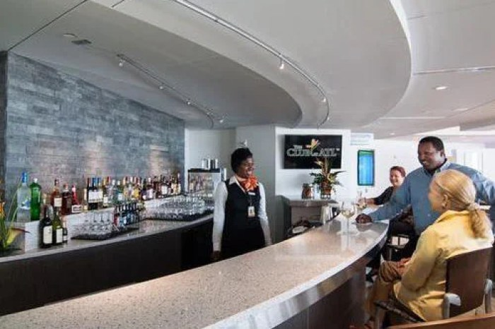 The bar in The Club at ATL. Image courtesy of Priority Pass.
