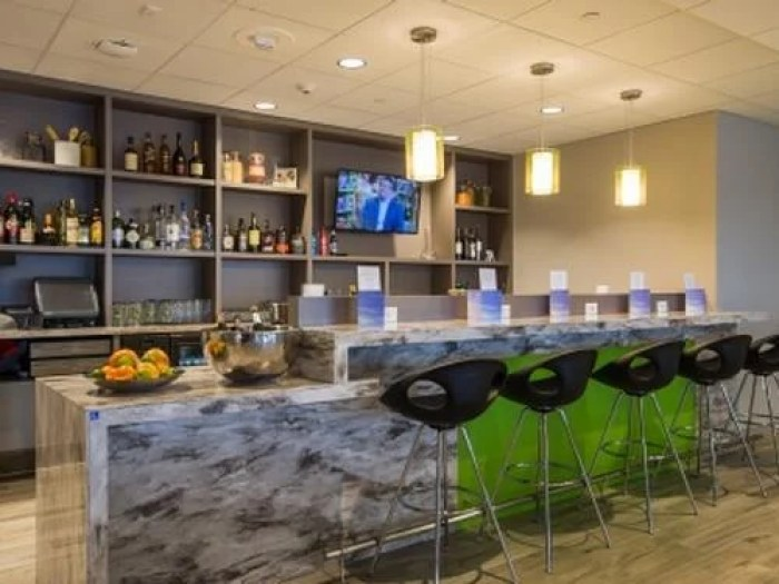 The Club at MSP offers guests an open bar and complimentary snacks. Image courtesy of Priority Pass.