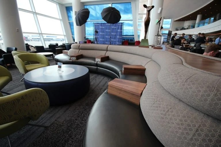 img-delta-sky-club-seattle-seating-centerpiece