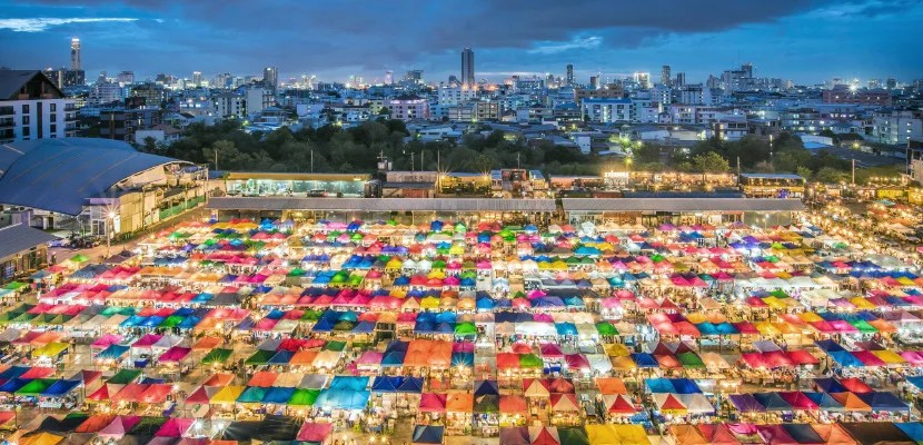 The Train Night Market Ratchada, also known as Talad Nud Rod Fai, is a new offering from the people behind the venerable Train Night Market in Srinakarin, but the new branch is only a two-minute walk from the MRT.