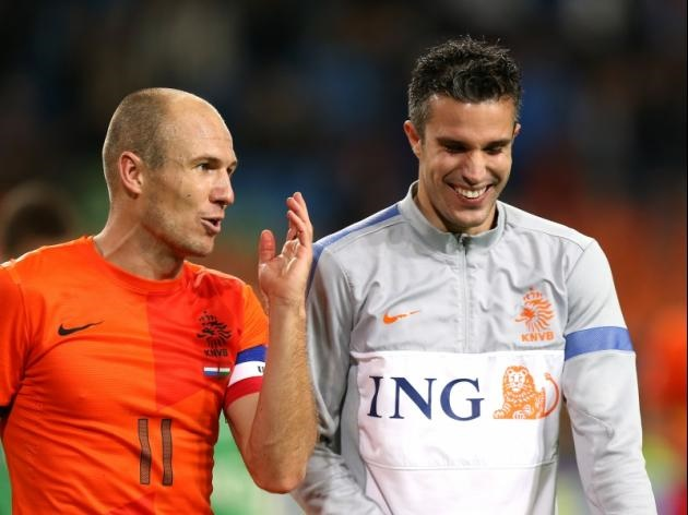 Van Persie and Robben discussing Manchester United's season.