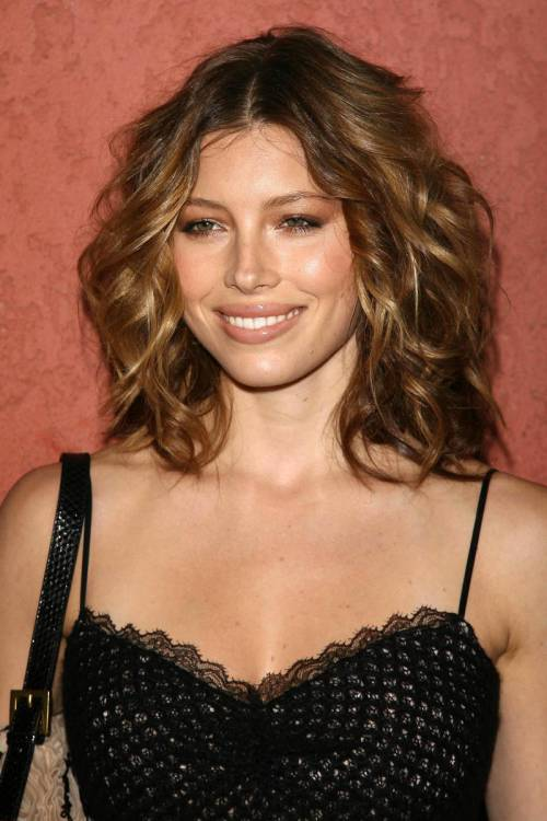 wavy hairstyle with caramel highlights