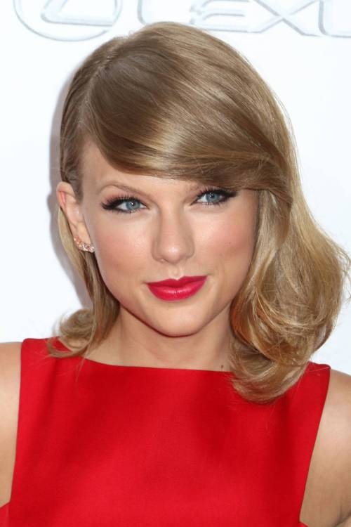 Taylor Swift hairstyle for square faces