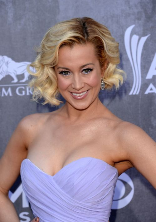 Kellie Pickler curly bob hairstyle with dark roots