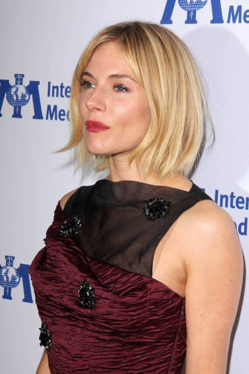blonde bob hairstyle with highlights