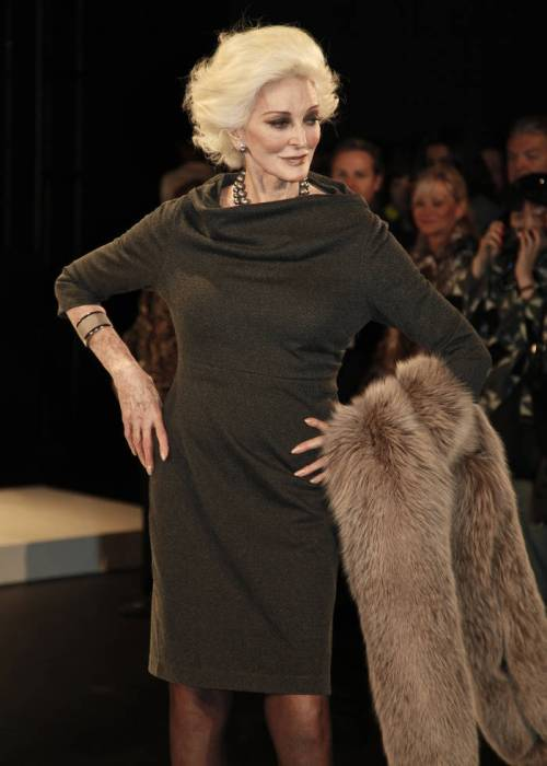 Carmen Dell'Orefice short hairstyle for women over 60