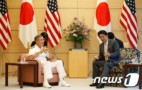Commander of the US Pacific Command, Admiral Harry Harris (L) meets with Japan's Prime Minister Shinzo Abe at Abe's official residence in Tokyo on May 16, 2017. / AFP PHOTO / POOL / TORU HANAI