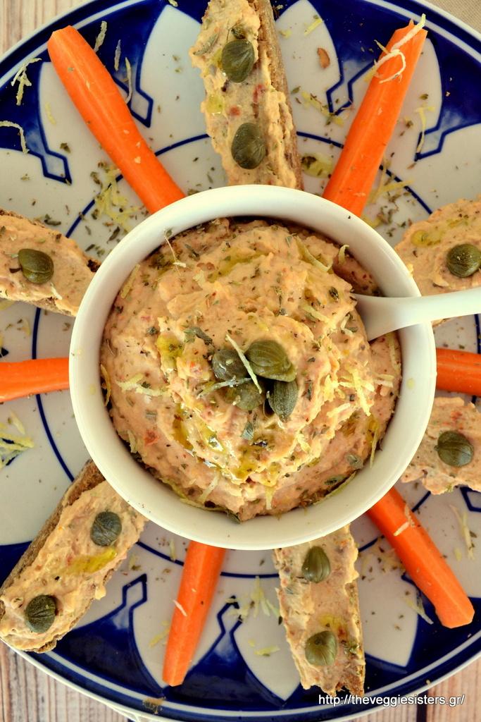χούμους με φασόλια κ λιαστή ντομάτα