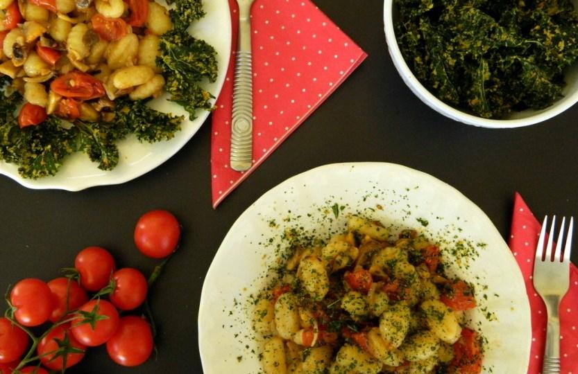 Νιόκι με μανιτάρια, ντοματίνια κ κέιλ τσιπς (kale chips)