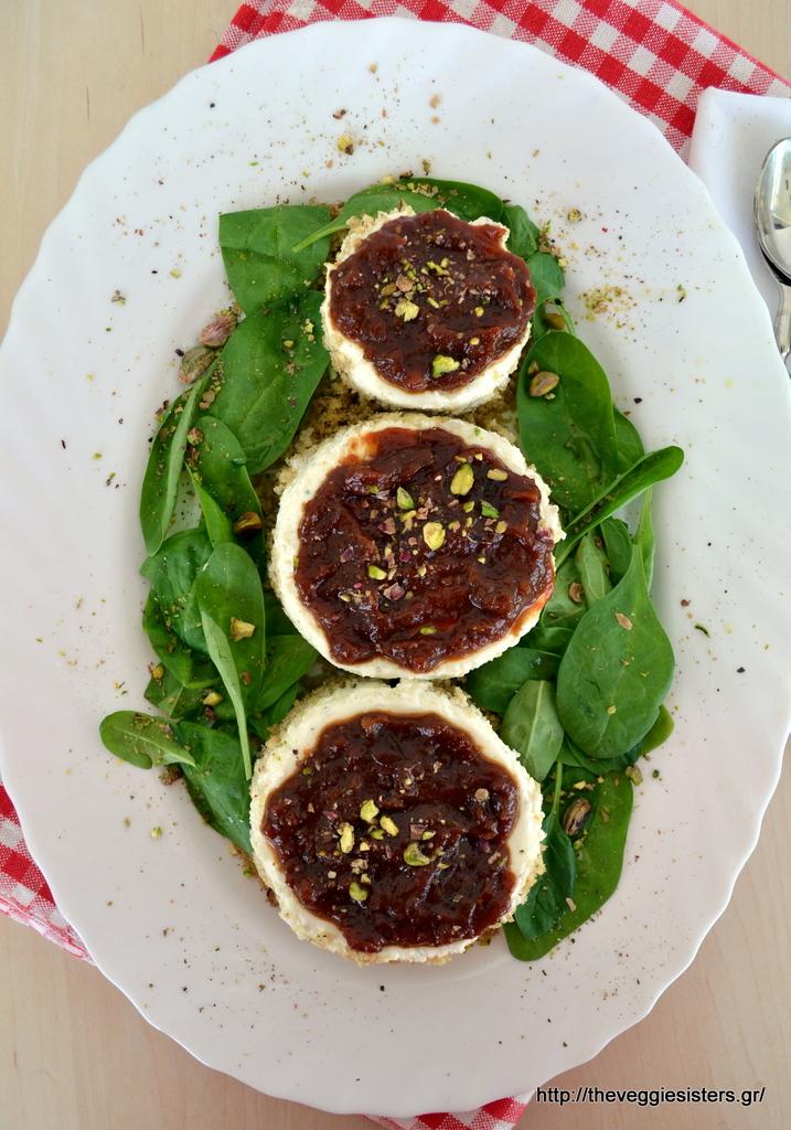 αλμυρό cheesecake με παξιμάδι, αρωματισμένη κρέμα τυριών κ μαρμελάδα ντομάτας