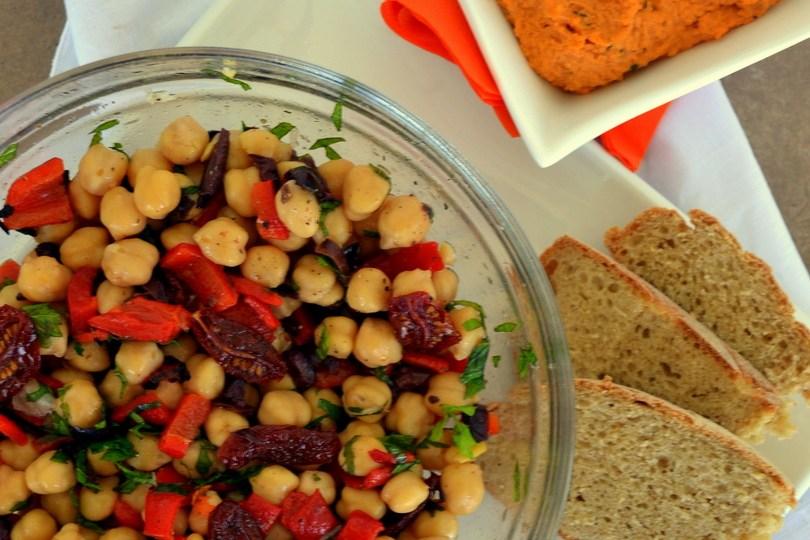 Δροσιστική σαλάτα με ρεβύθια + χούμους παντρεμένο με σάλτσα ντομάτας-φέτας