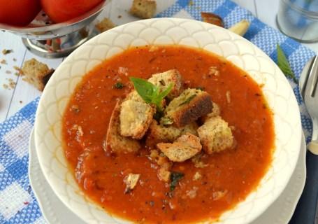 Βελουτέ σούπα με ψητές ντομάτες, βασιλικό κ σκορδάτα κρουτόν